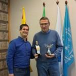 Francesc Gelabert lliura els premis a Carles Cassanyes